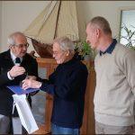 Foto: Krzysztof Plewinski (links) overhandigt de Stettiner Segelpreis 2019 aan Peter Dorleijn. Rechts Cezary Stefaniuk